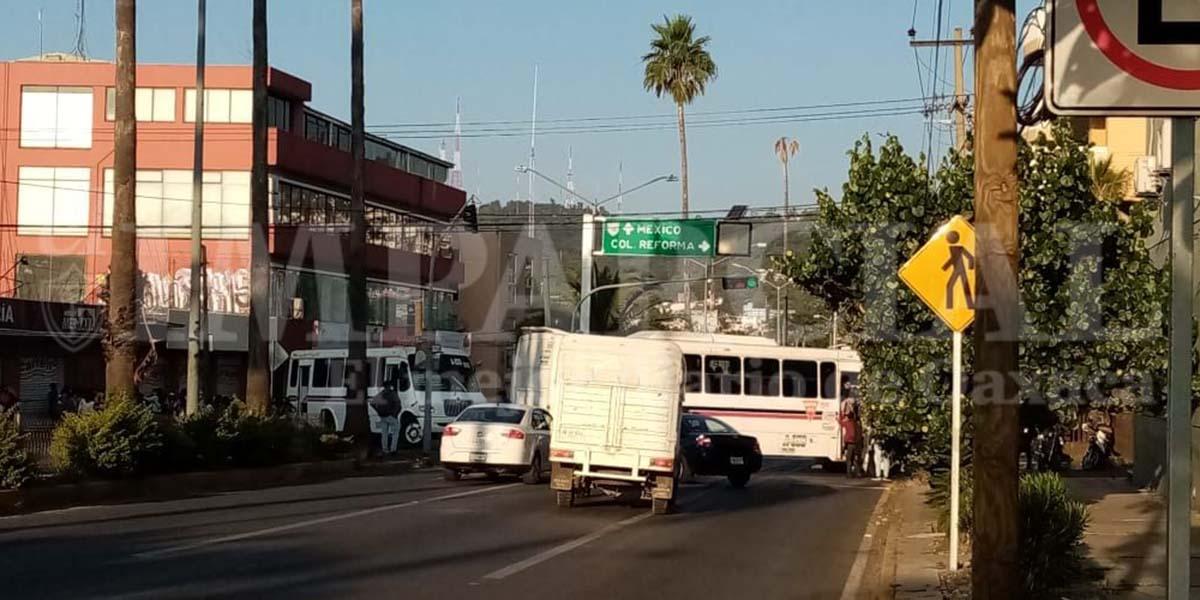 Normalistas realizan bloqueo en Oaxaca