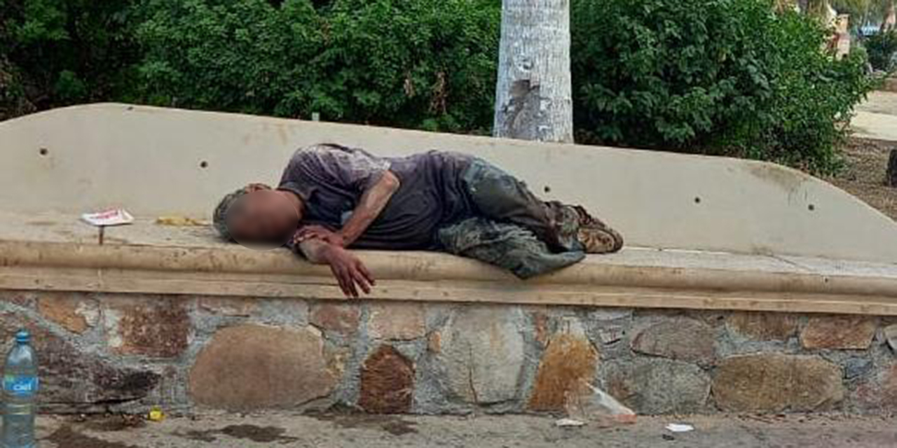 Hombre convulsiona en el centro de Salina Cruz