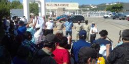 Marinos mercantes se manifiestan en Salina Cruz
