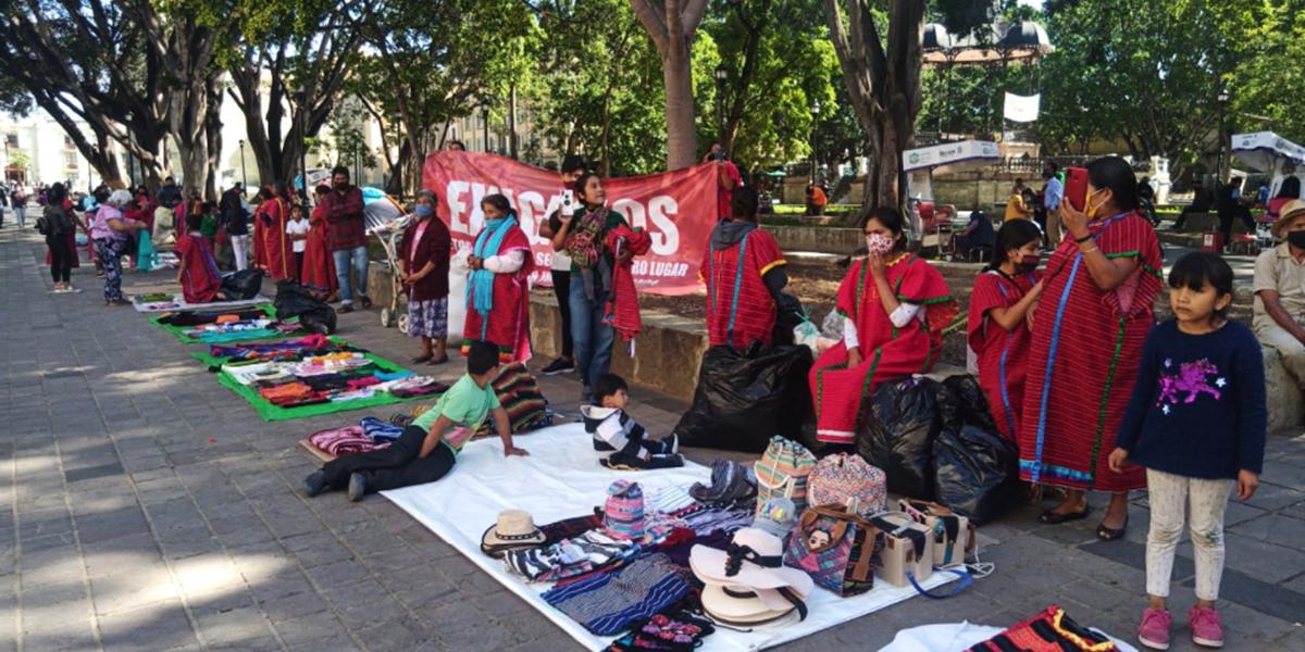 Retiran puestos ambulantes en el zócalo capitalino