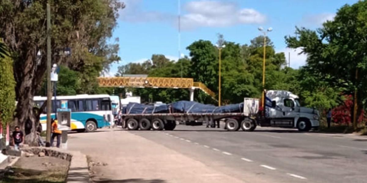 Normalistas bloquean el acceso a la ciudad capital | El Imparcial de Oaxaca