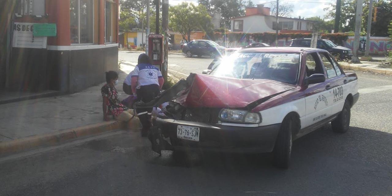 Patrulla choca contra taxi en Santa María del Tule