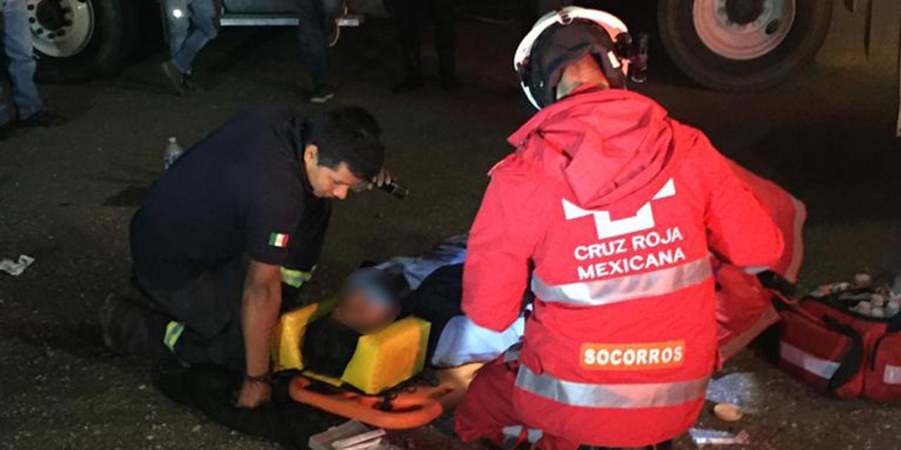 Pesada unidad vuelca en carretera de Ixtlán