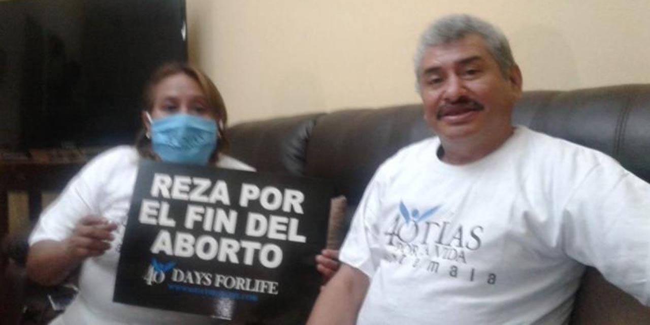 'Lobo Vázquez' posa con cartel en contra del aborto   El Imparcial de Oaxaca
