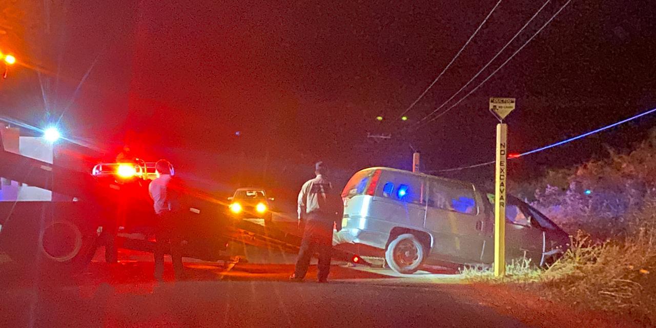 Abandonan una camioneta accidentada en Huilotepec