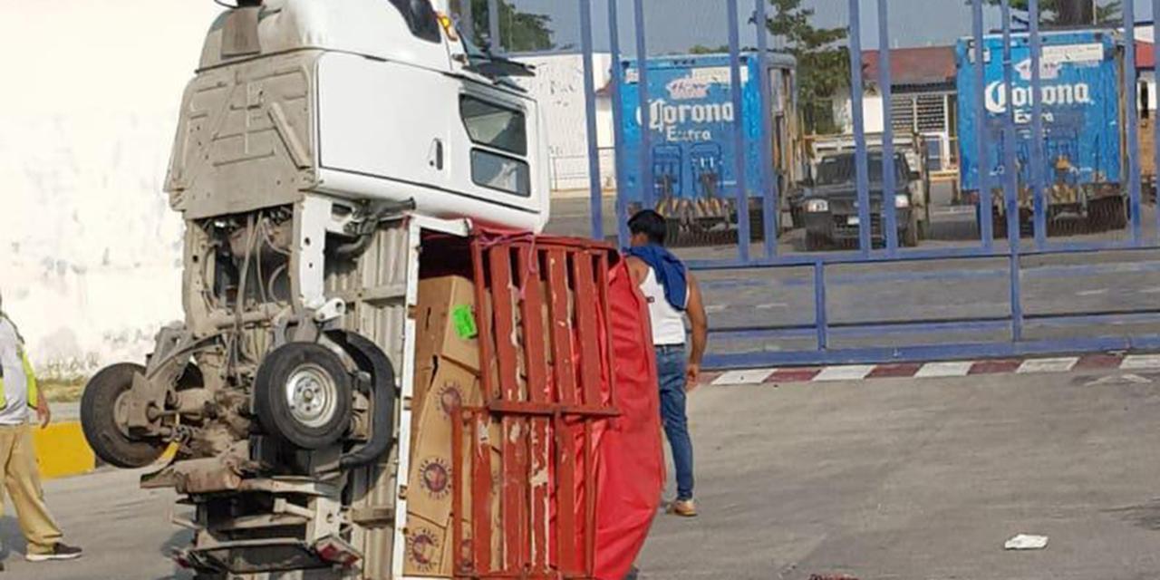 Vuelca un mototaxi debido a sobrepeso en carretera a El Espinal | El Imparcial de Oaxaca