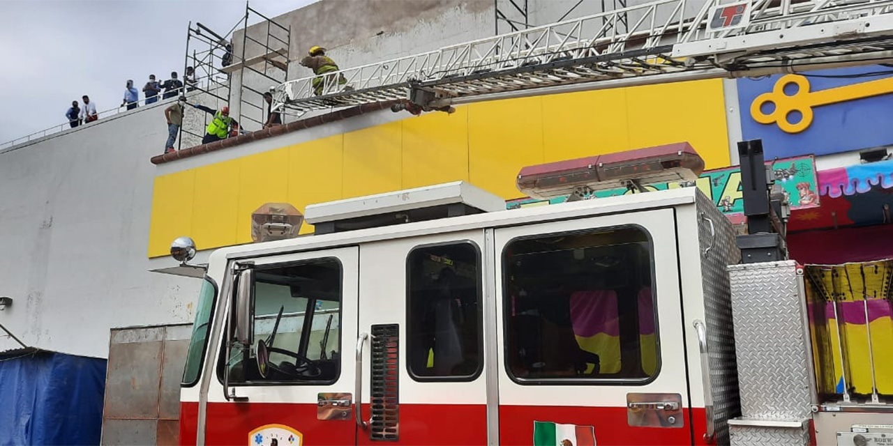 Aparatosa caída de trabajador en centro comercial de Oaxaca