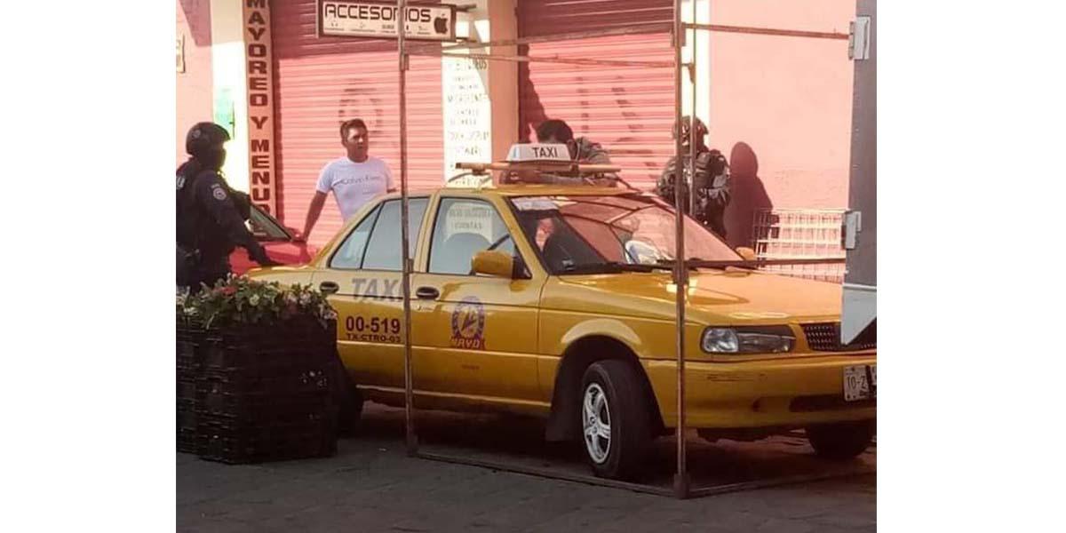 Ambulantes imponen su ley, encierran taxi en el Centro Histórico