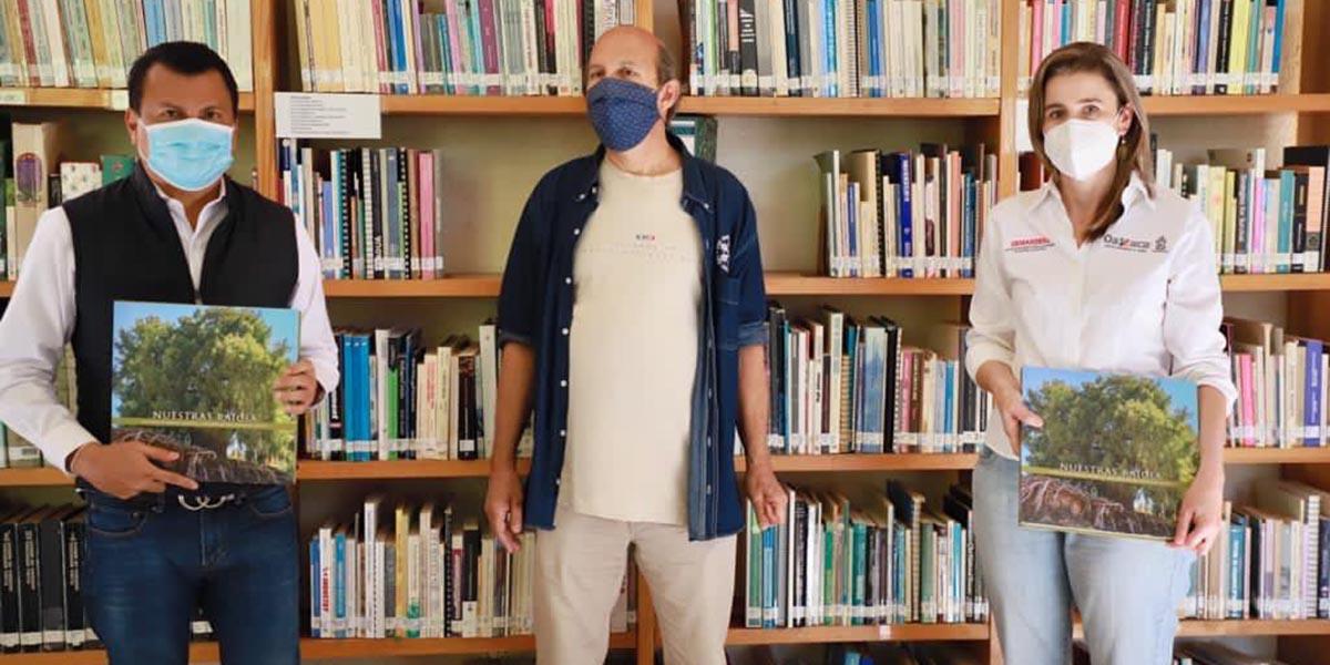 """Entrega Samuel Gurrión el Libro """"Nuestras Raíces"""" en bibliotecas de Oaxaca"""