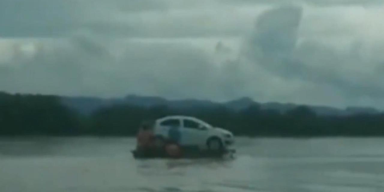 Video: Cruzan auto a bordo de cayucos por río Usumacinta de Tabasco | El Imparcial de Oaxaca