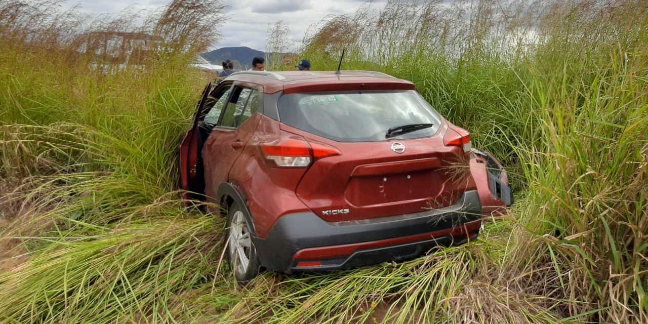 Automóvil sale del camino en Zimatlán