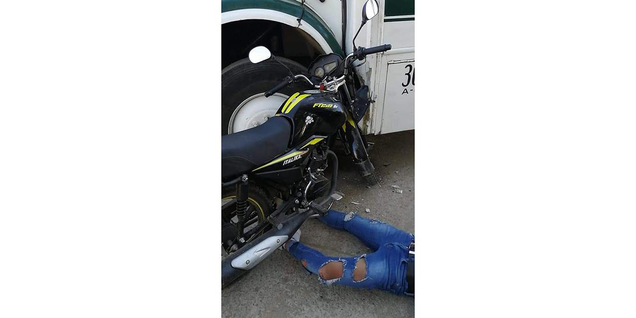Motociclista choca contra urbano en San Martín Mexicápam