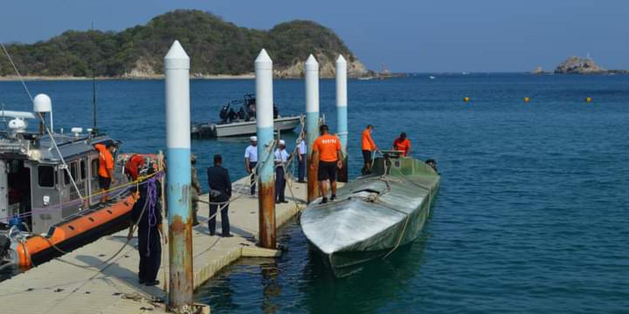 Aseguran presunta narcoembarcación abandonada en Barra de la Cruz