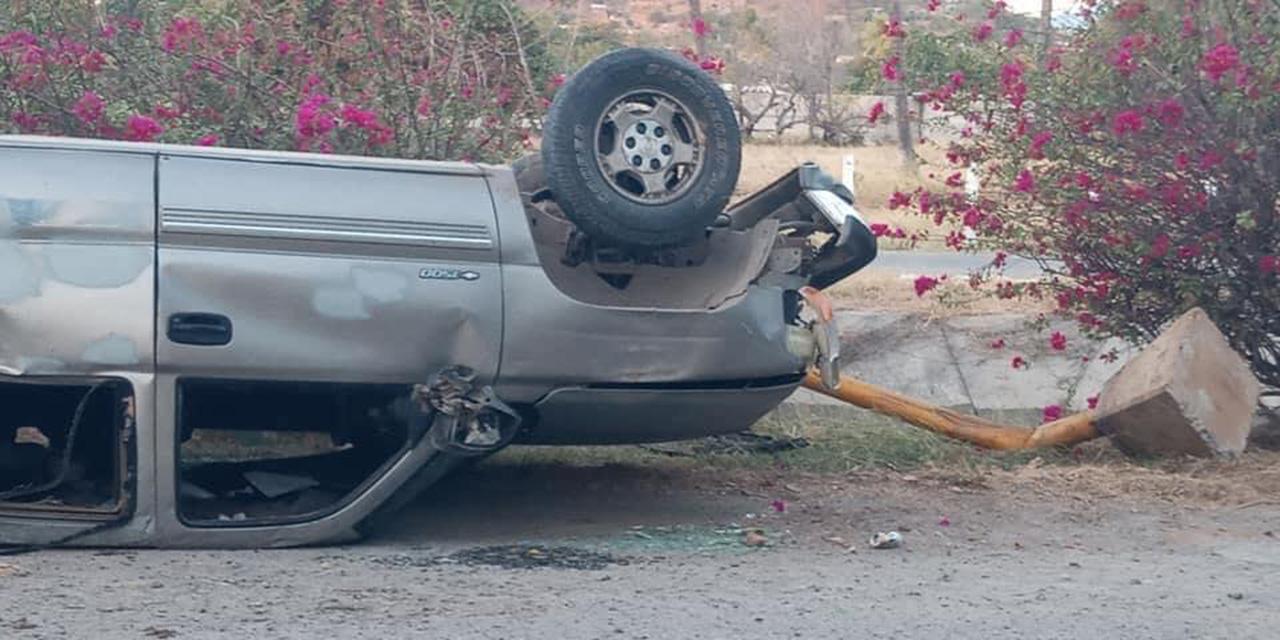 Abandonan camioneta volcada en carretera a Tehuantepec
