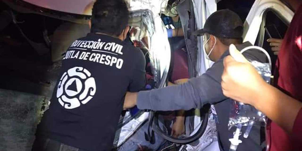 Fuerte choque en libramiento Ejutla-Ocotlán; conductor se reporta grave