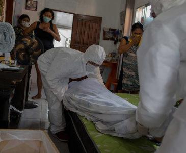Video: Pacientes con Covid-19 están muriendo en sus casa ante la falta de espacio en hospitales