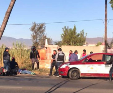 Taxista choca con motociclista en Símbolos Patrios