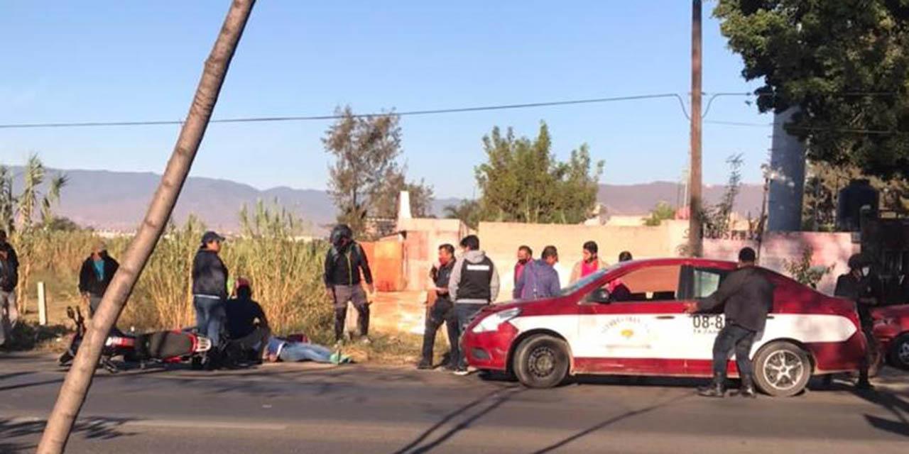 Taxista choca con motociclista en Símbolos Patrios | El Imparcial de Oaxaca