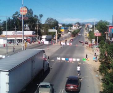Por segunda día desplazados de la zona Triqui bloquean Hacienda Blanca