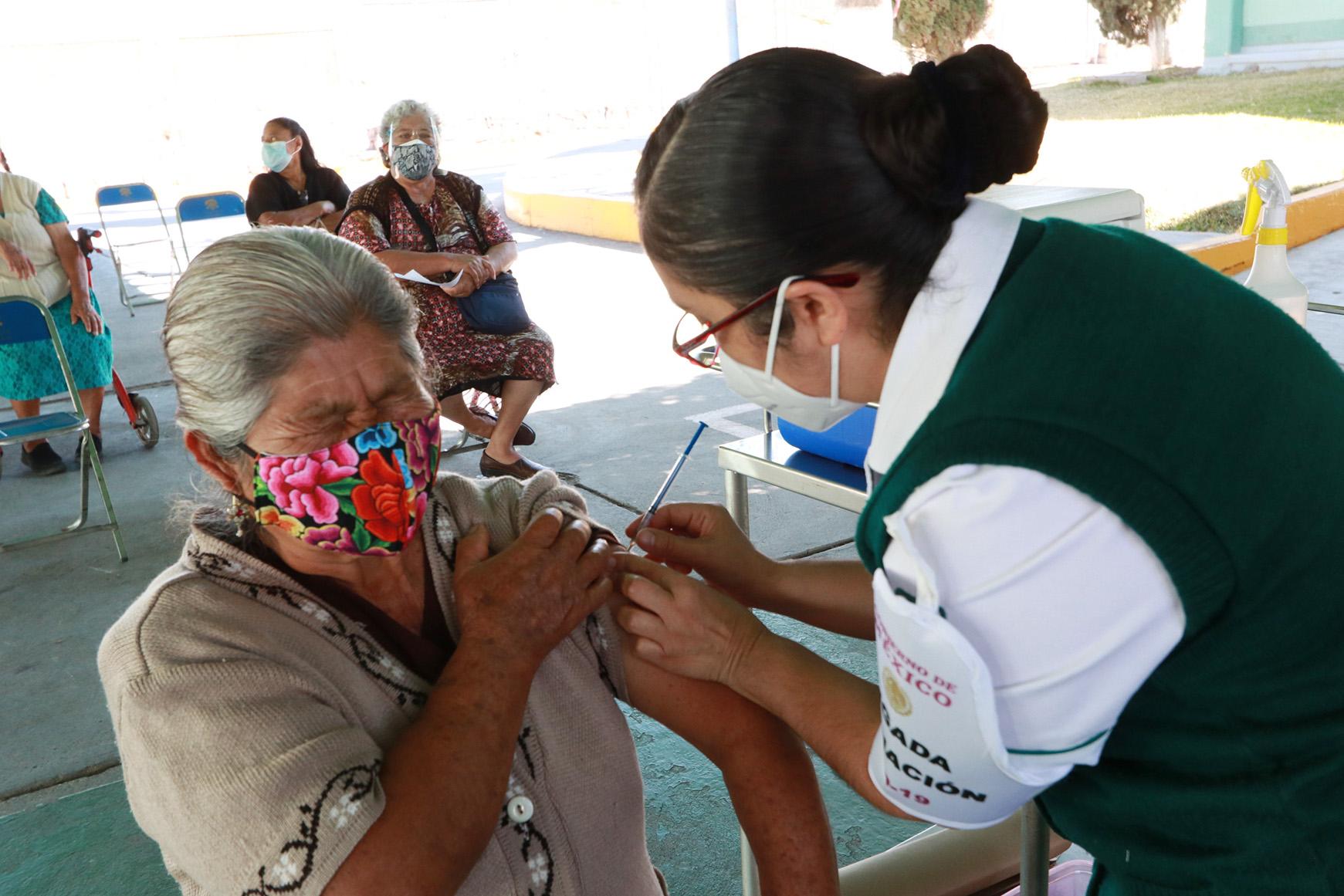 Llegan de madrugada para recibir la vacuna | El Imparcial de Oaxaca