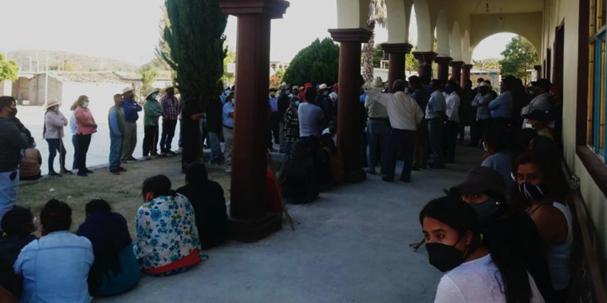 Pobladores retienen a elementos de la AEI en la Mixteca | El Imparcial de Oaxaca