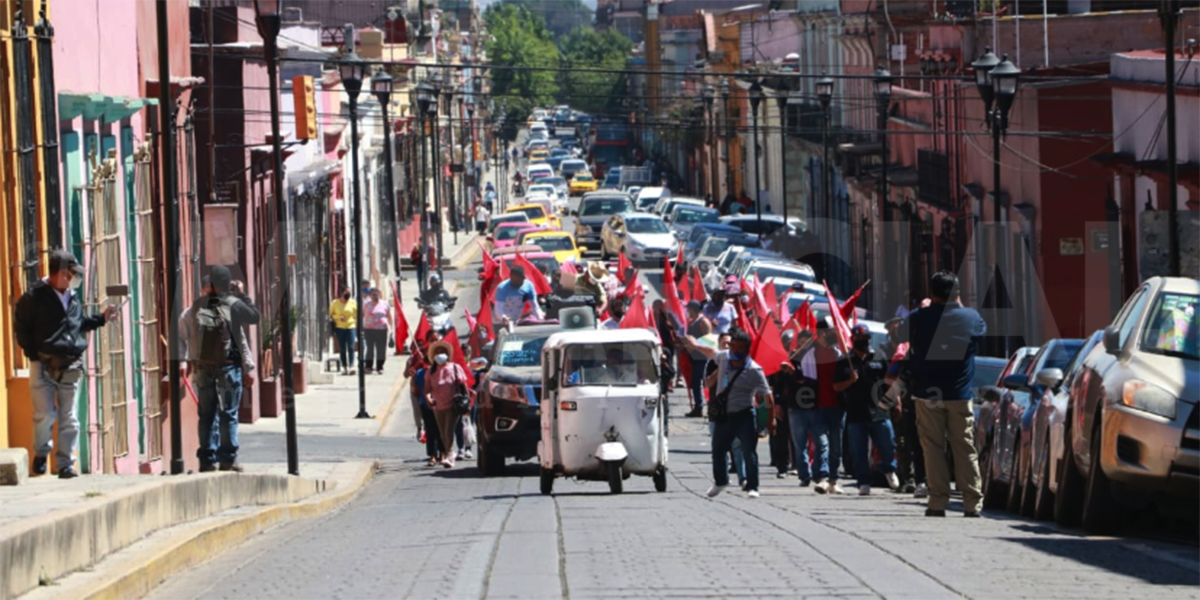 Organización 14 de Junio instala plantón frente al Palacio Municipal