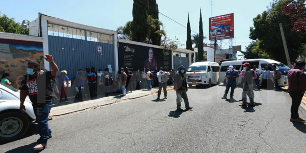 Pobladores de San Juan Petlapa bloquean en Heroico Colegio militar frente a las oficinas del INPI