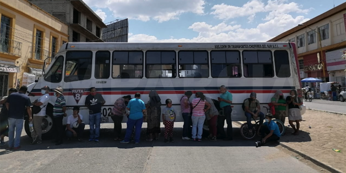 Comerciantes bloquean en Periférico y Trujano exigen al municipio la devolución de un puesto retirado en la calle Hidalgo | El Imparcial de Oaxaca