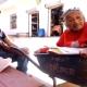 Video: Mujer de 100 años es transportada en carretilla para vacunación