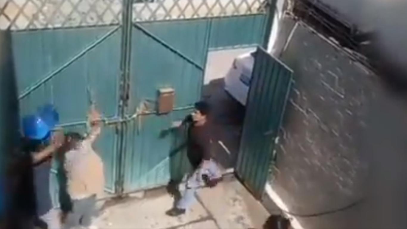 Captan a hombre golpeando a su madre con un garrafón de agua | El Imparcial de Oaxaca