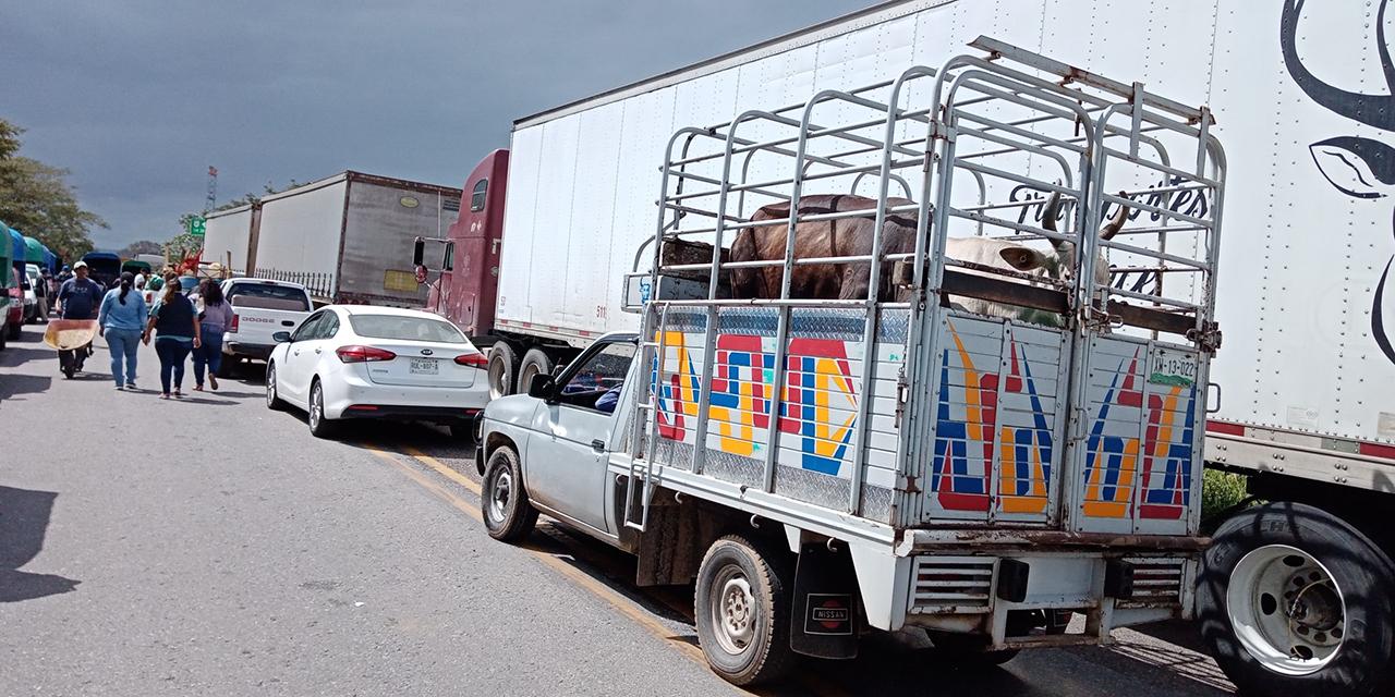 Campesinos bloquean crucero de Mogoñé   El Imparcial de Oaxaca