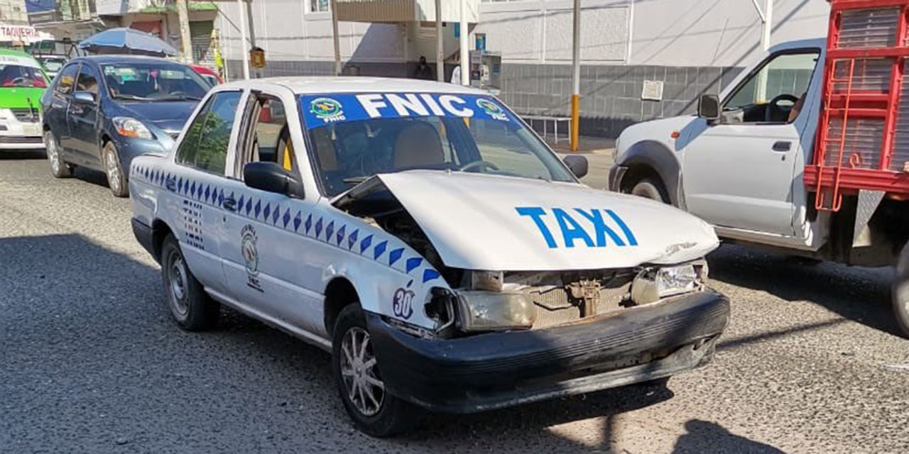 Aparatoso choque de taxi en Huajuapan de León