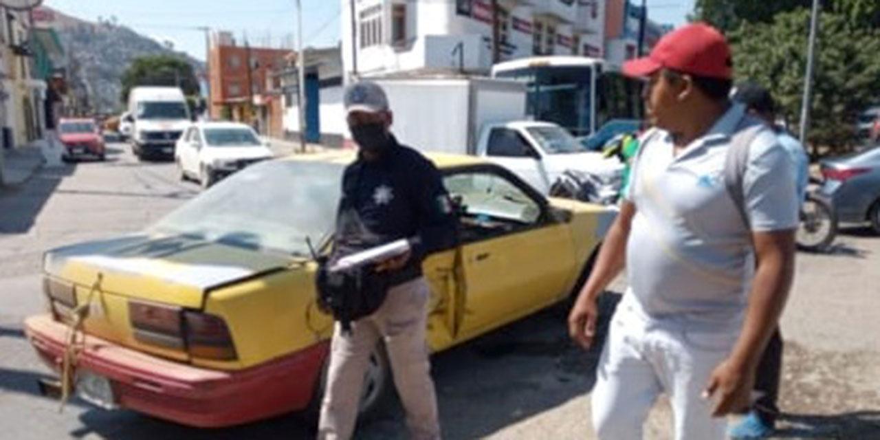 Chocan de frente taxi y particular en Símbolos Patrios; un pasajero resultó lesionado