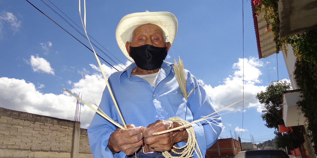 Don Francisco terminó la preparatoria a sus 87 años y teje obras de arte en Tlaxiaco   El Imparcial de Oaxaca