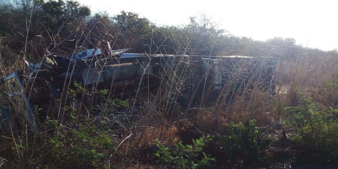 Vuelca tráiler en carretera a Santiago Niltepec | El Imparcial de Oaxaca