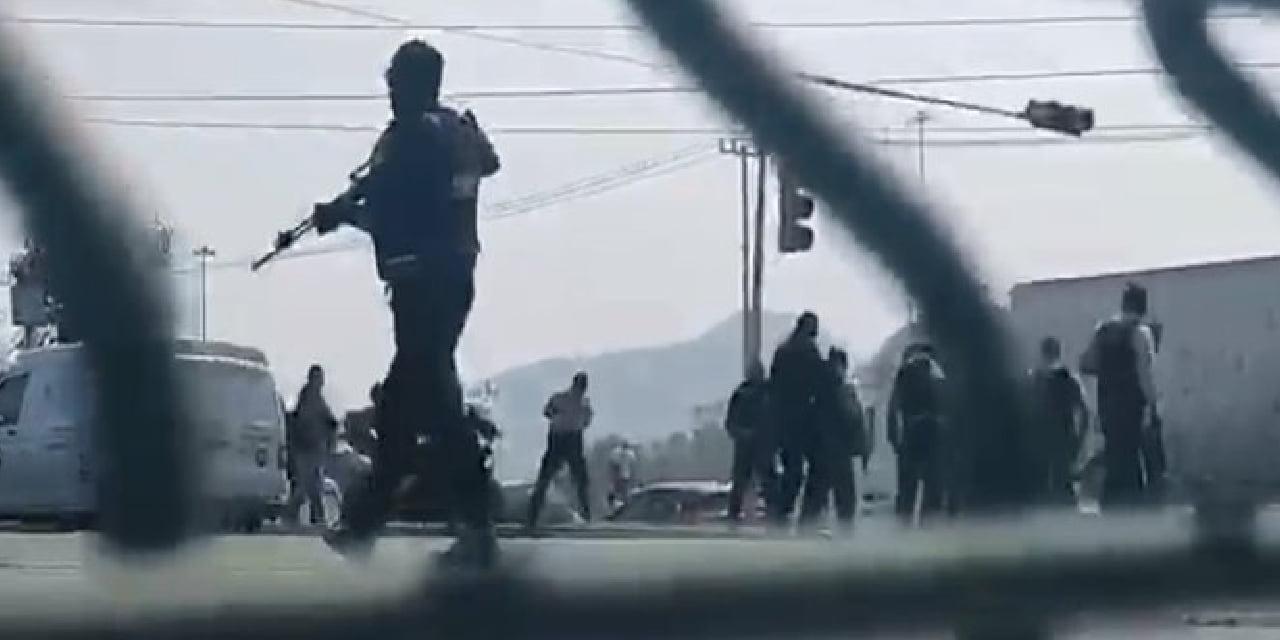 Video: Captan balacera entre franeleros, dulceros, limpiaparabrisas y policías | El Imparcial de Oaxaca