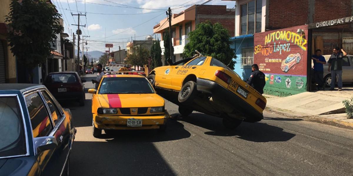Aparatoso choque de taxis en la colonia las Flores   El Imparcial de Oaxaca