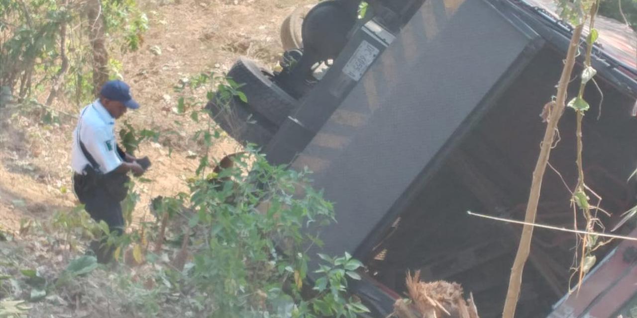 Camión repartidor se va al vacío en carretera de Santos Reyes Nopala   El Imparcial de Oaxaca