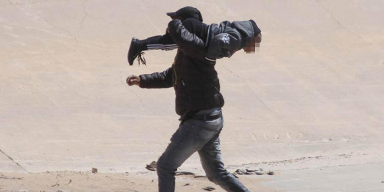 Video exhibe a padre cruzando a su hijo por el muro   El Imparcial de Oaxaca