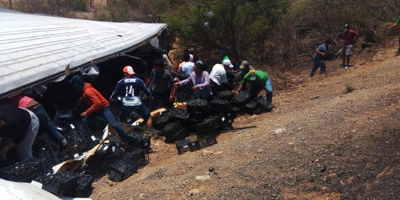 Rapiña tras volcadura de un tráiler en La Ventosa | El Imparcial de Oaxaca