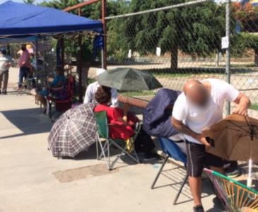 Filas para vacunación anticovid inician dos días antes del inicio de la jornada en Oaxaca