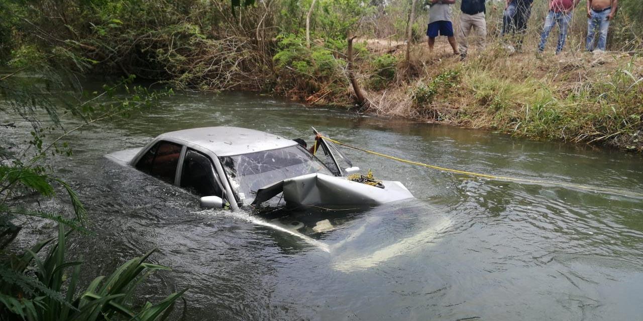 Cayó con su auto al canal de riego en Ixtaltepec | El Imparcial de Oaxaca