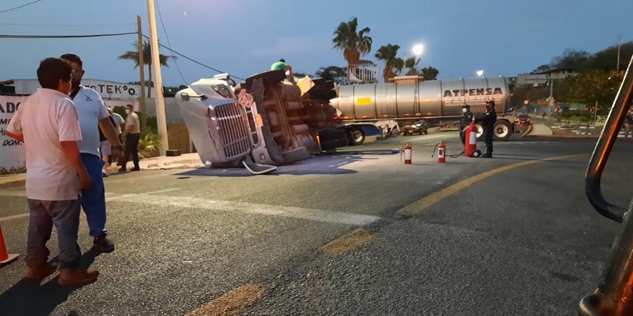 Vuelca tractocamión con pipas de turbosina en Tehuantepec | El Imparcial de Oaxaca