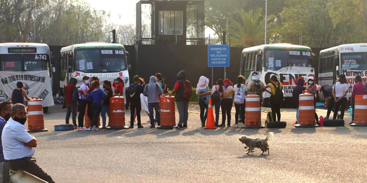 Se pierden 62 vuelos en el Aeropuerto Internacional de Oaxaca por bloqueo  de normalistas   El