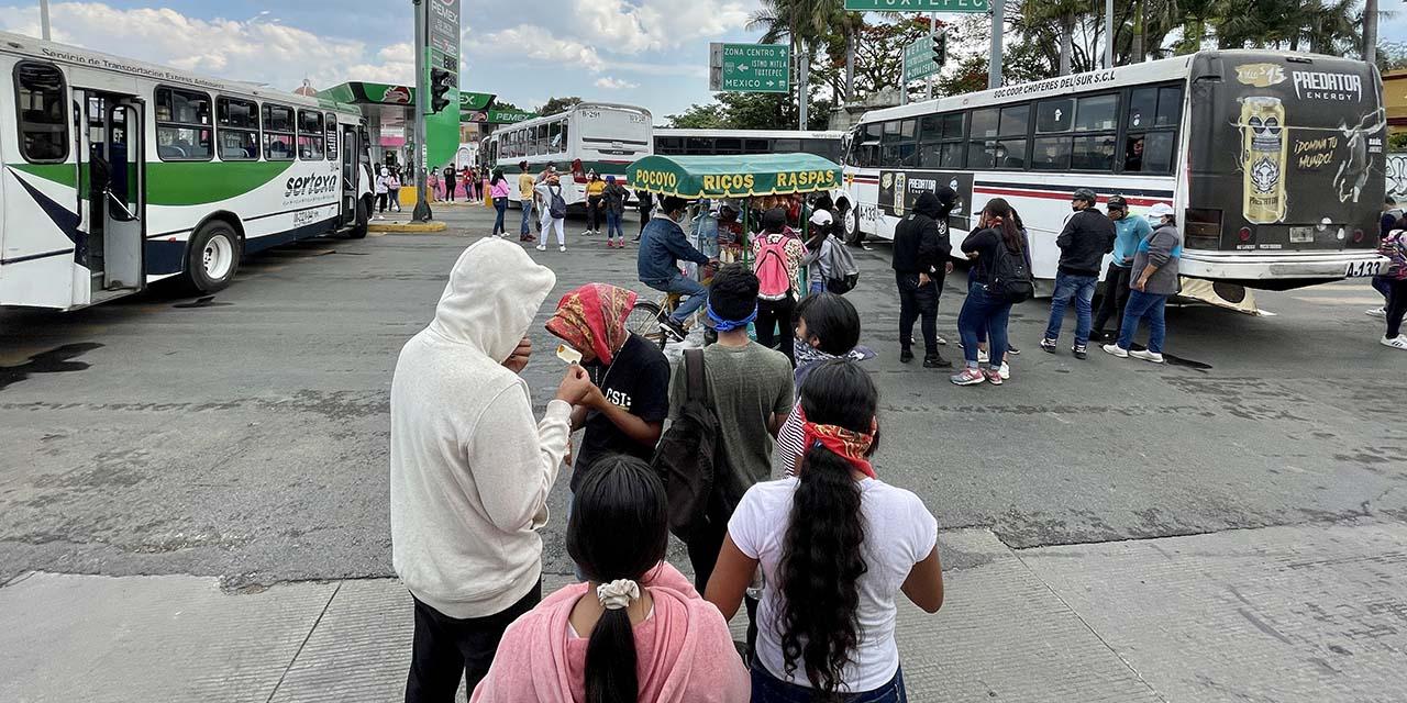 Vuelven normalistas a bloquear calles | El Imparcial de Oaxaca