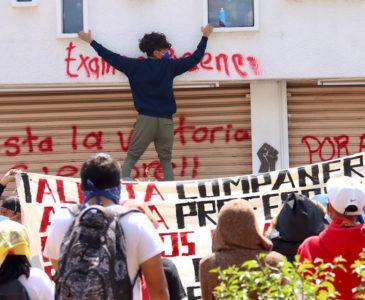 Normalistas vandalizan y saquean oficinas del IEEPO