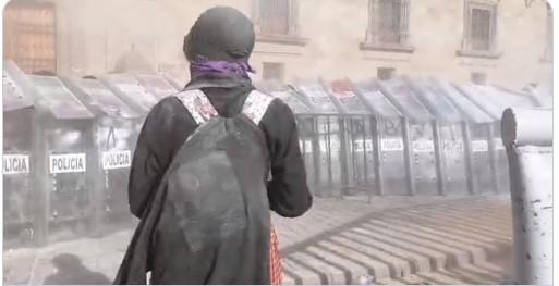 Se enfrentan colectivos feministas con policías | El Imparcial de Oaxaca