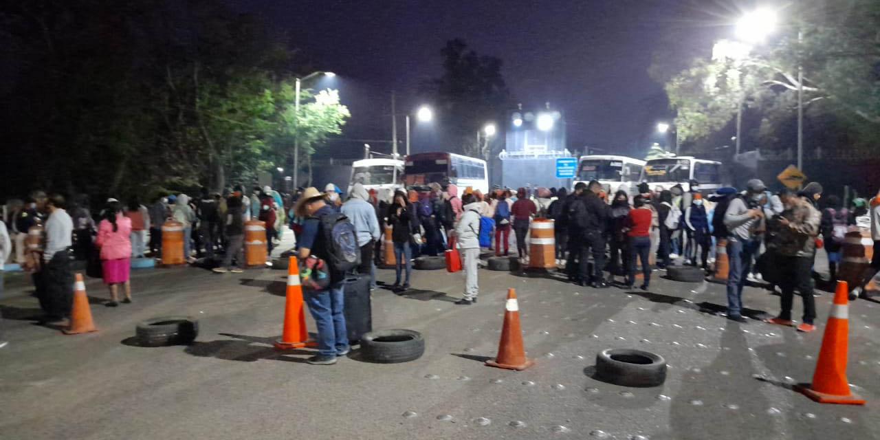 Bloquean normalistas el Aeropuerto Internacional de Oaxaca; no hay vuelos | El Imparcial de Oaxaca