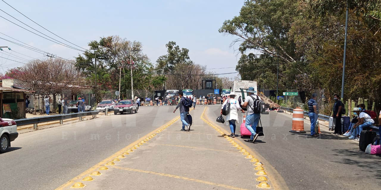 Continúa bloqueo en acceso al aeropuerto internacional de Oaxaca