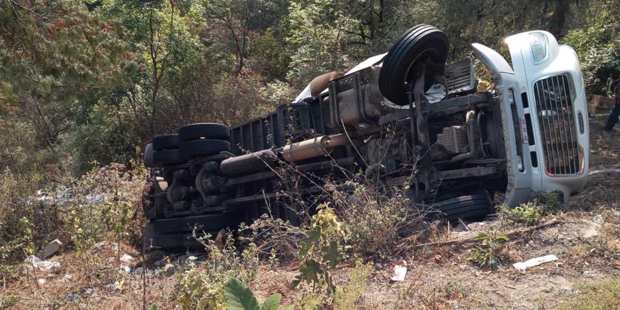 Vuelca camión en la Mixteca | El Imparcial de Oaxaca